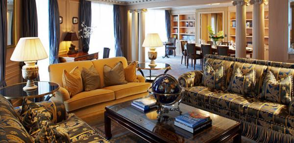 Wohnzimmer von einer der 165 Luxussuiten