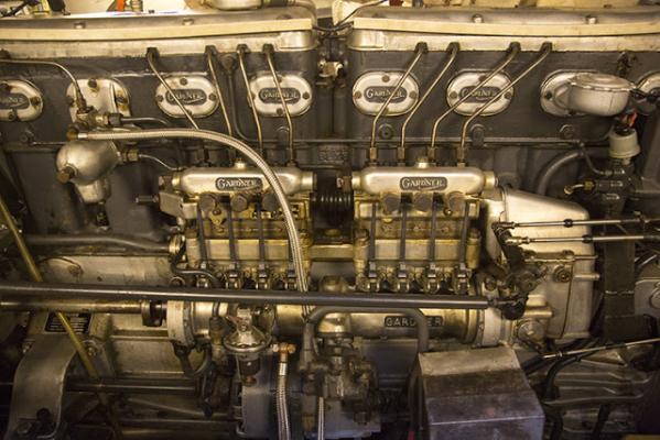Die mächtige Acht-Zylinder-Diesel-Maschine