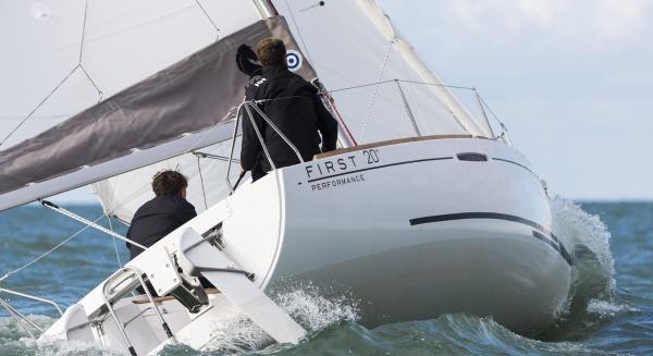 Sportliches Boot, das auf jedem Meer zuhause ist
