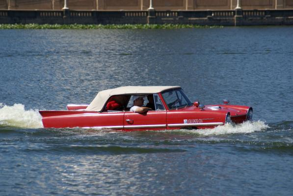 Rotes Amphicar im Wasser