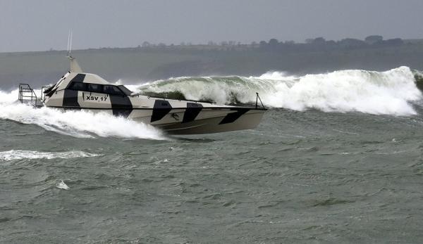 Thunder Child surft die Welle ab