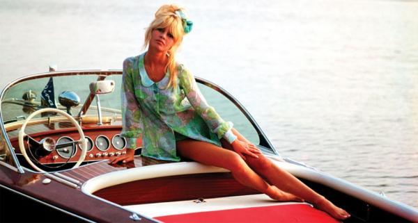 Brigitte Bardot auf ihrem Riva-Runabout