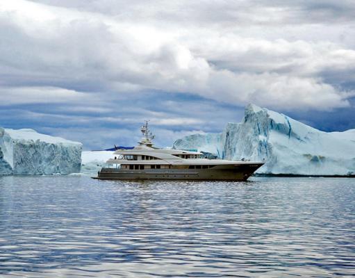 «Latitude» vor ungewöhnlichem Hintergund für eine 45 Meter Superyacht