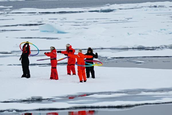 Geburtstagsfeier mit Hula-Hoop-Reifen bevor die Eisbären kommen