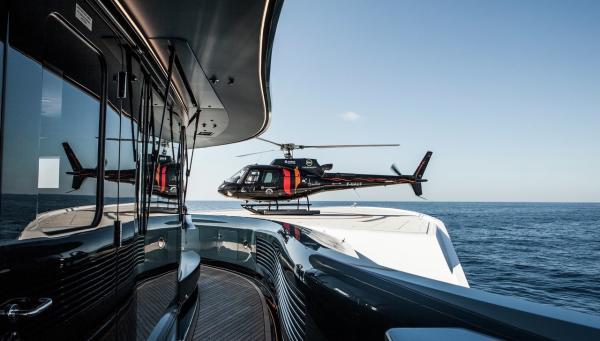 Der Hubschrauber hat auf Dem Vordeck seinen Platz gefunden