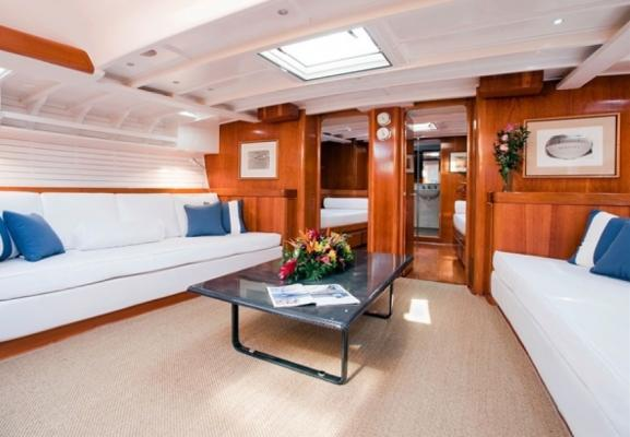 Schlicht und aufgeräumt ist das Boot auch unter Deck mit einem Interieur von Gae Aulenti