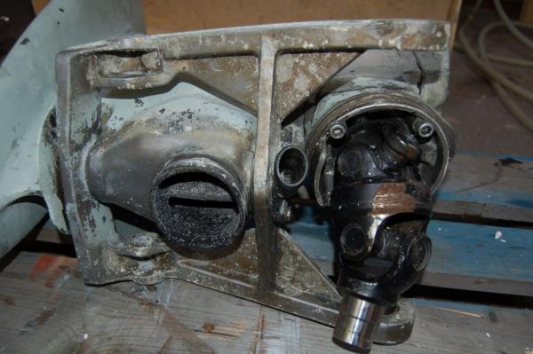 Korrosion an der Kardanwelle im oberen Getriebeteil infolge eines vernachlässigten Faltenbalgs