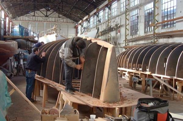 Die Mallen eines neuen Bootes werden in den alten Hallen ausgerichtet