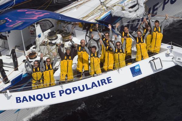 Pascal Bidegorry mit Crew auf dem 131 Fuss Trimaran Banque Populaire V»