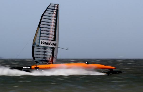Vestas Sail Rocket in voller Fahrt: 65,45kn lautet das Etmal (121,21km/h)