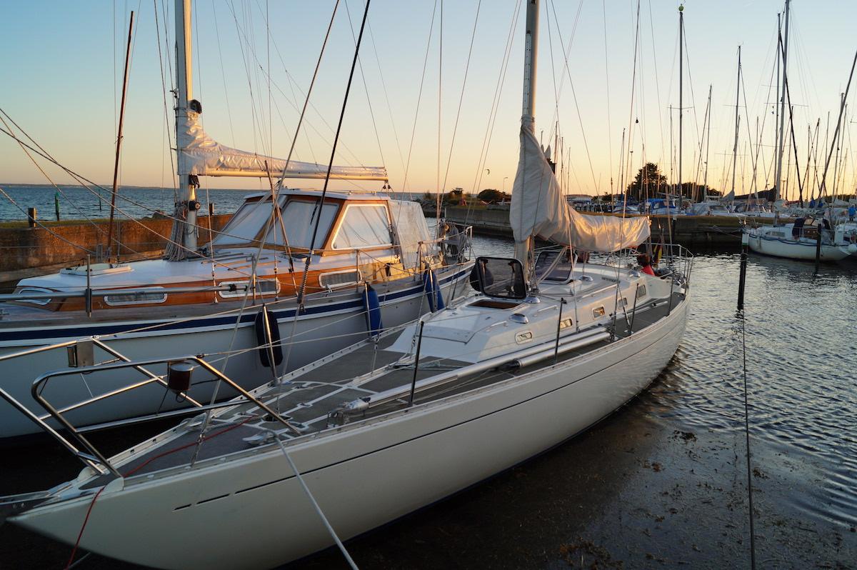Ein unvernünftiges Boot wie Swede 55 interessiert auch im Hafen
