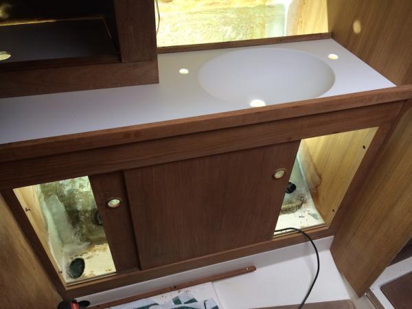 Das neue Bad nimmt mit dem Corianwaschtisch Formen an