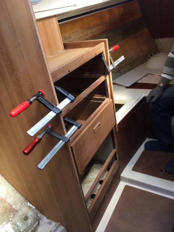 Montage des Schubladenschranks im Vorschiff
