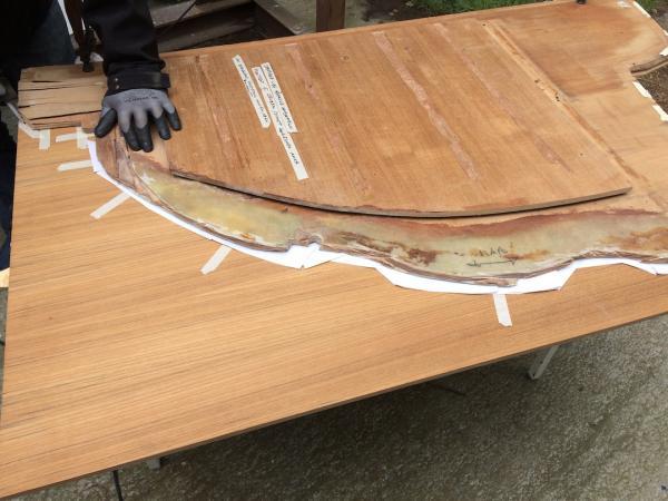 Mit dem alten Schott und Pappschablonen liess sich die Kontur der Bordwand flott zuschneiden
