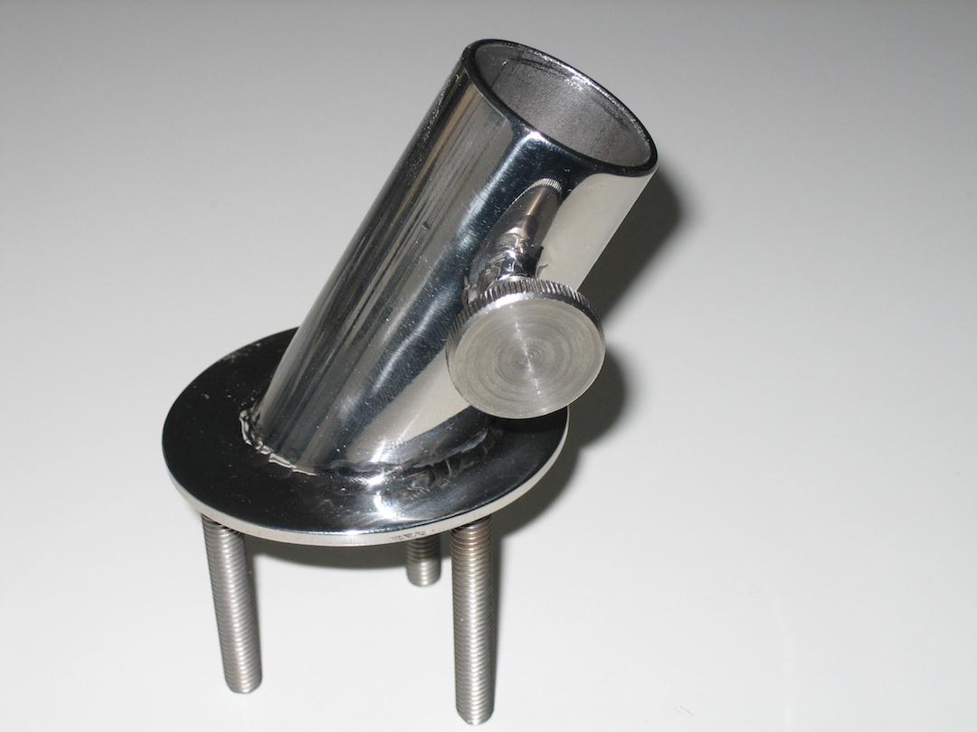 Die Halterung lässt sich aus einer ovalen Platte, einem schräg abgesägten Rohr und einer Rändelschraube selbst machen