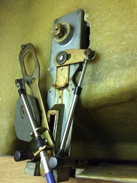 Die zerlegte Rückseite der Einhebelschaltung zur Montage eines neuen Zuges