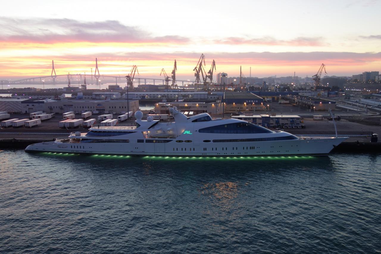 «YAS» die achtgrößte Yacht der Welt, ist eine umgebaute Fregatte